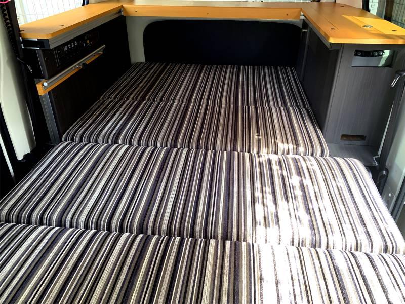 2名就寝フルフラットベッドに展開可能な「REVOシート」