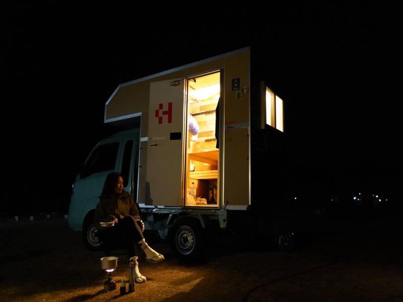トラベルハウスとは、軽トラックの荷台に居住空間を作った軽トラキャンピングカー