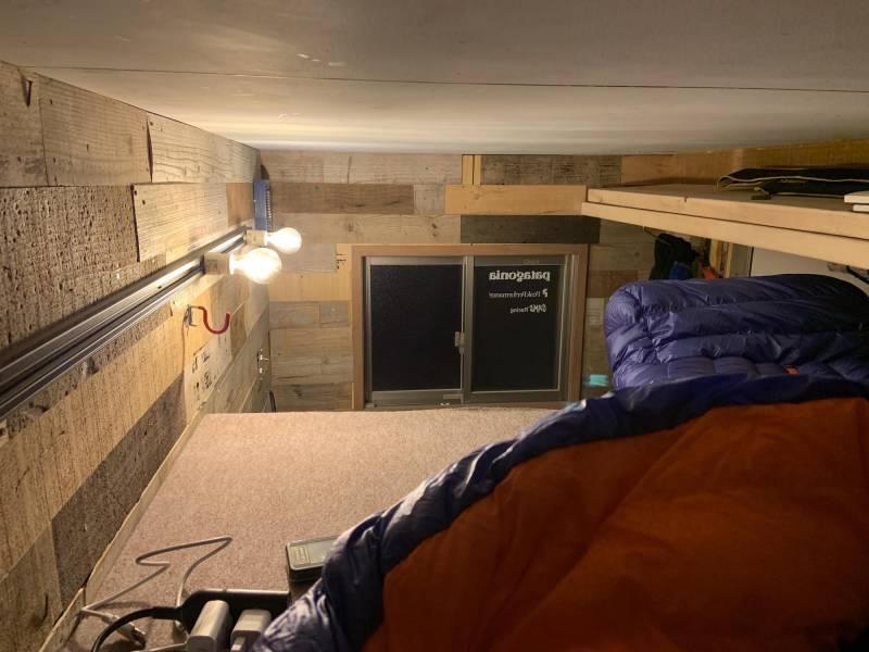 トラベルハウスの就寝スペース。天井までの距離が近い