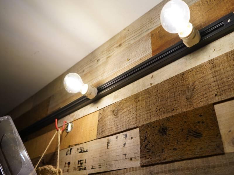 トラベルハウス内部の照明。ローラー付きで移動できます。